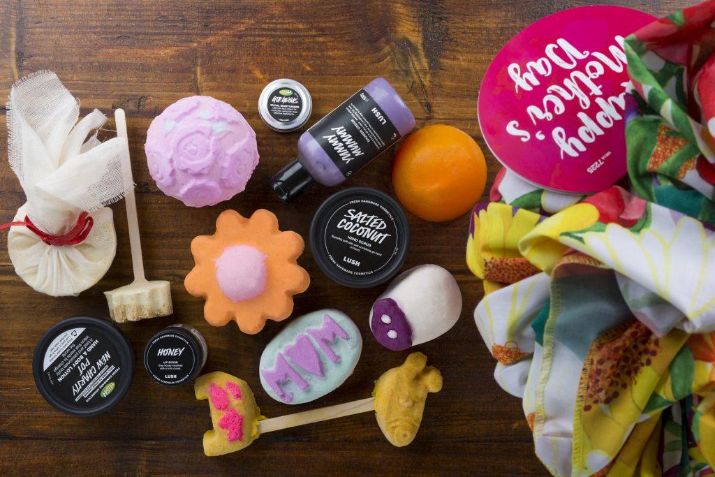 Anyák napi Lush kozmetikai csomag kendőcsomagolásban