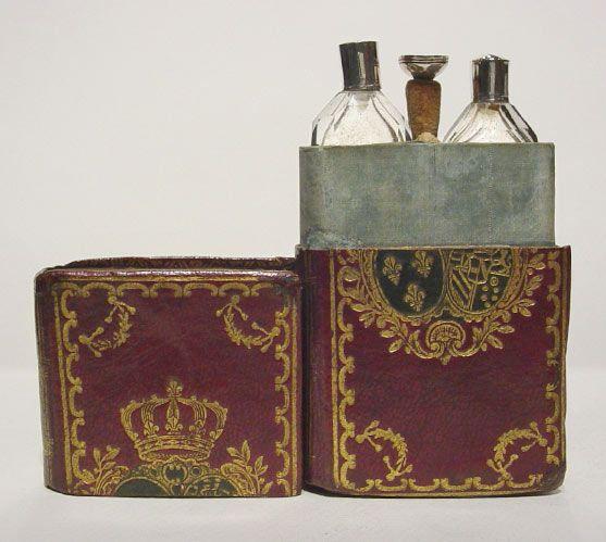 Marie Antoinette parfümüvegei, illatakadémia, rúzs és más