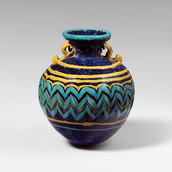 Ókori görög parfümös üvegcse, illatakadémia, rúzs és más