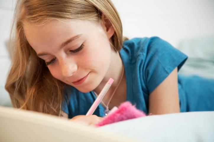 Naplót író kislány