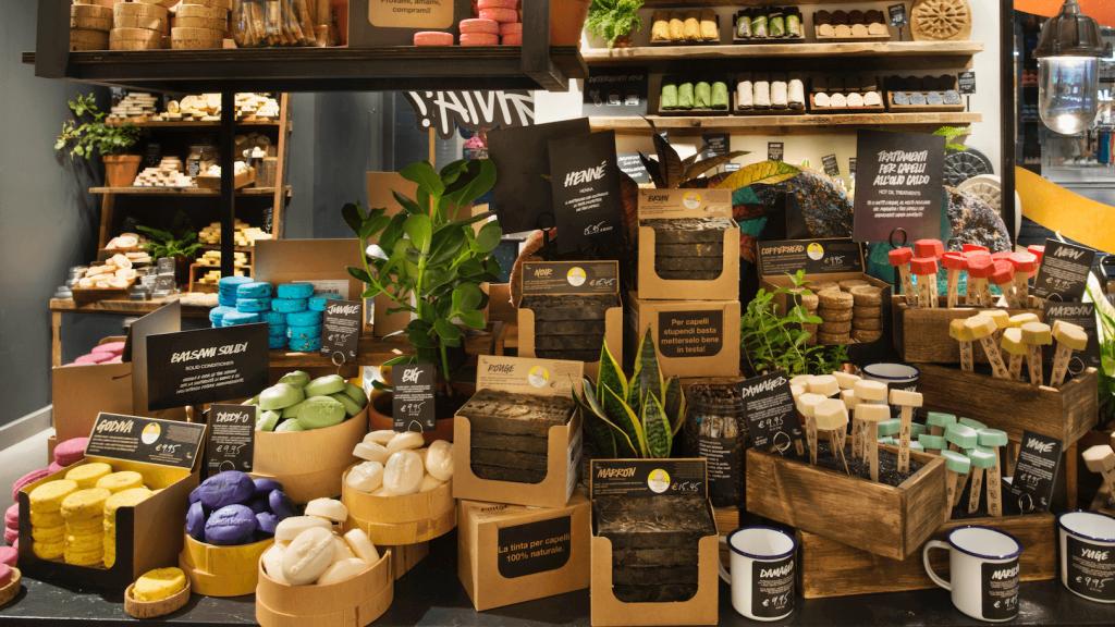 Lush pucér üzletet nyitott, kampány a műanyagszennyezés ellen, rúzs és más