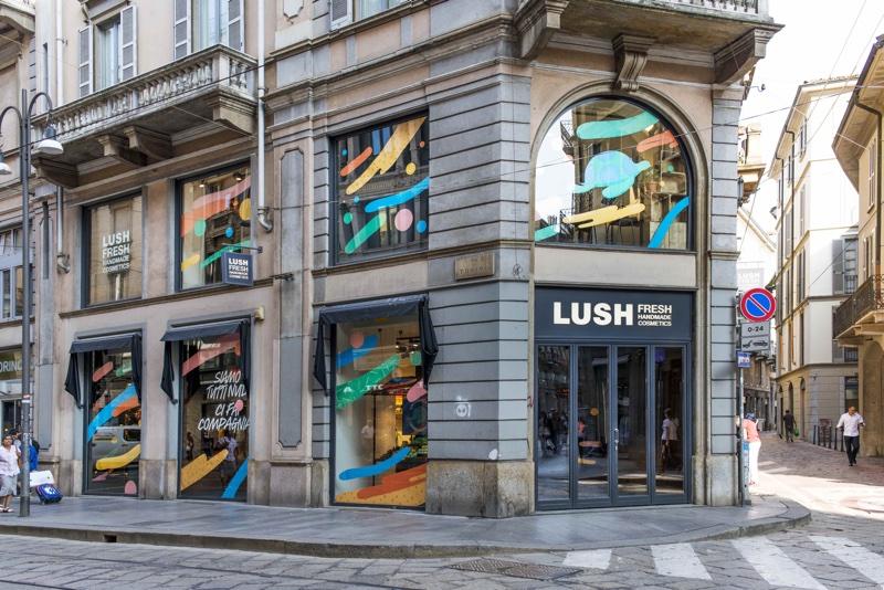 Lush pucér üzletet nyitott, kampány a műanyagszennyezés ellen, rúzs és másLush pucér üzletet nyitott, kampány a műanyagszennyezés ellen, rúzs és más