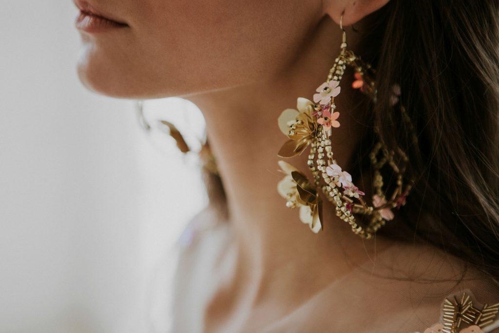 HeyDarling, menyasszonyi, ruha, Larinne Studio, kézzel varrt, rúzs és más