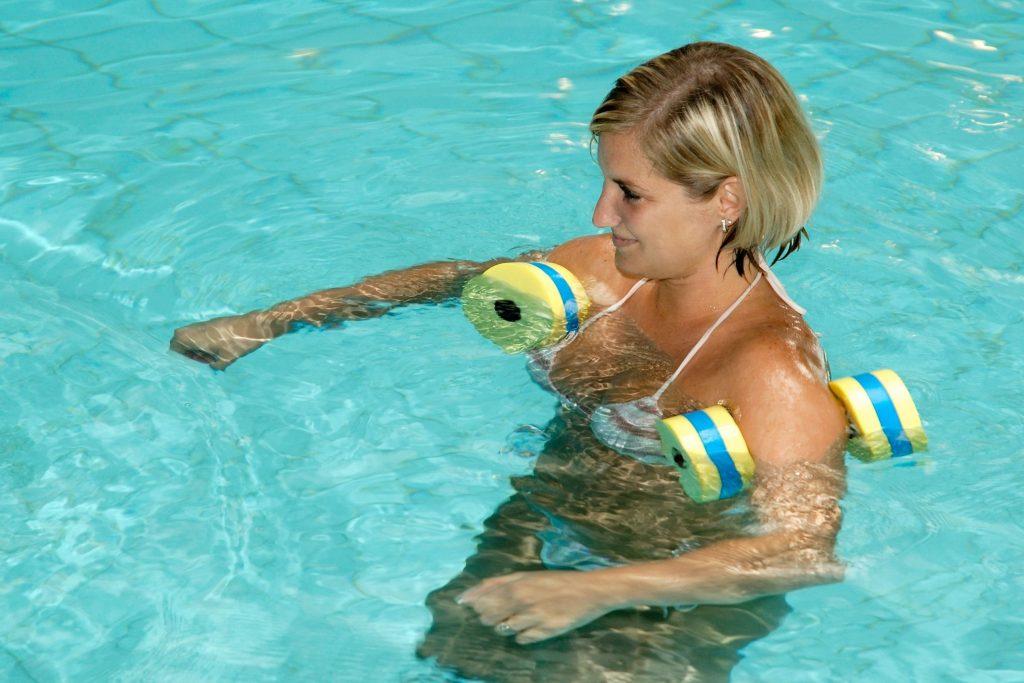 Próbáld ki a vízisportok legegészségesebbikét, az aqua fitness-t, ami remekül átmozgat, anélkül, hogy megterhelné az ízületeket. Amellett, hogy erősíti az izmokat, regenerálja az ízületeket és formálja az alakot, kiválóan oldja a stresszt!