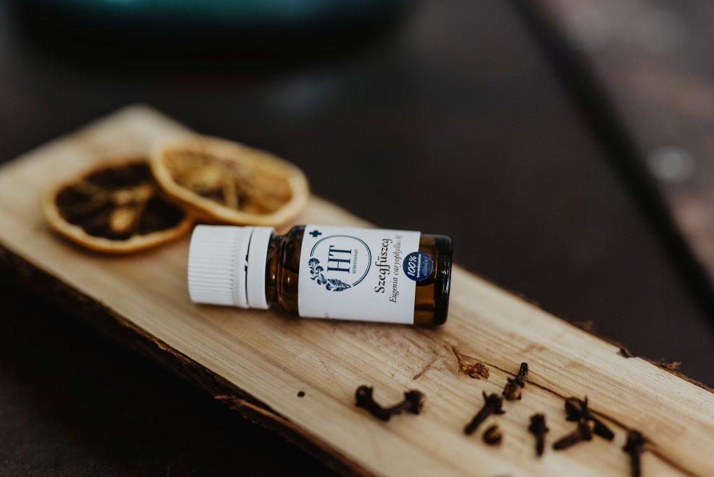 Négy fiatal szakember összefogásából született a HerbaTherapy márka, amely illóolajokkal segít a jobb egészség és közérzet elérésében.